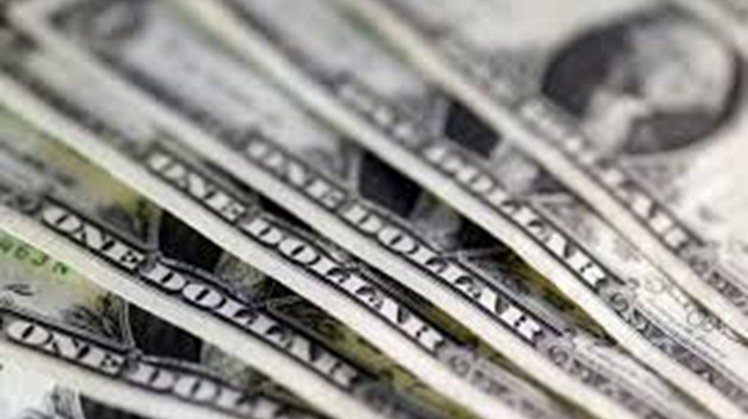 The US dollar exchange rate maintained its downward trend during transactions at major banks on Monday.