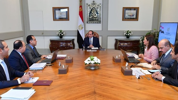 Egyptian President Abdel Fattah al-Sisi held a meeting with the prime minister and ministers of planning and finance on Saturday to check the progress of economic indicators, the Presidency said in a statement.