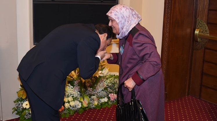 President Abdel Fatah al-Sisi kisses hand of an ideal mother on the Egyptian Woman Day