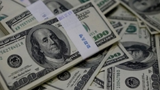 The US dollar exchange rate slightly fell back during transactions at major banks on Monday.
