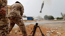 A fighter loyal to Libya's U.N.-backed government (GNA) fires a mortar during clashes with forces loyal to Khalifa Haftar on the outskirts of Tripoli, Libya May 25, 2019. REUTERS/Goran Tomasevic/File Photo