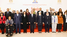 President Abdel Fatah al-Sisi and a number of ideal mothers pose for a picture on the Egyptian Woman Day